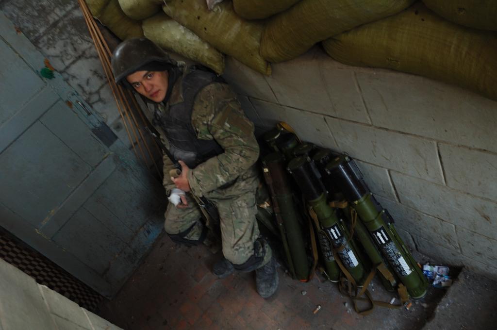 Ukrainian soldier grenade launchers Debaltseve