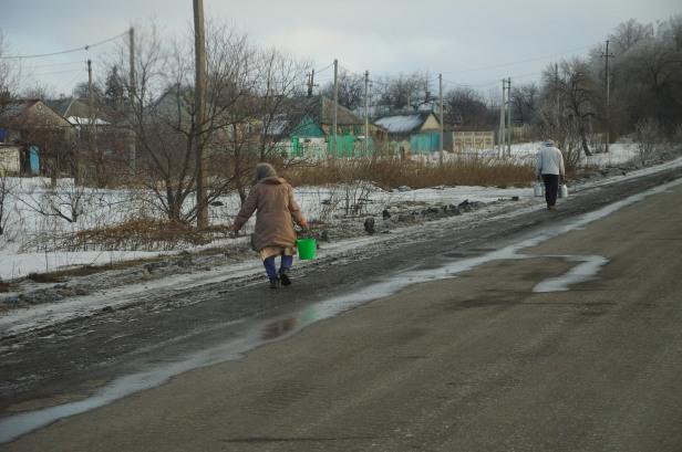 woman Lohvynove Debalsteve eastern Ukraine road war conflict